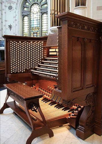 A pipe organ console with console brackets